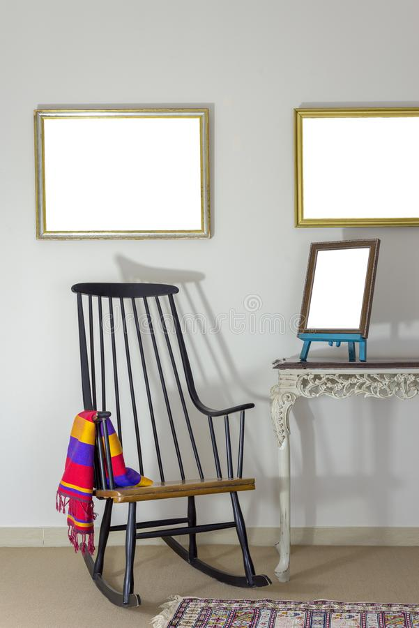 Chaise de basculage classique et cadre de bureau brun fleuri en bois de photo sur la table de vintage de style ancien photographie stock