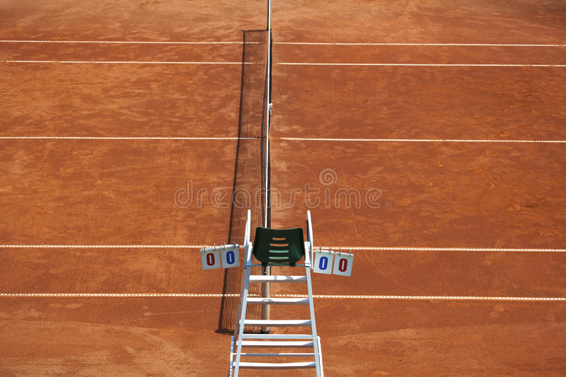 Chaise de court de tennis et d'arbitre images stock