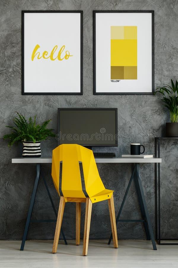 Chaise de jaune jaune canari, affiches de maquette photo libre de droits