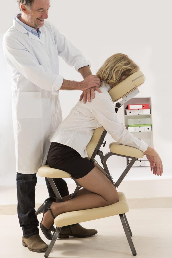 Chaise de massage images stock