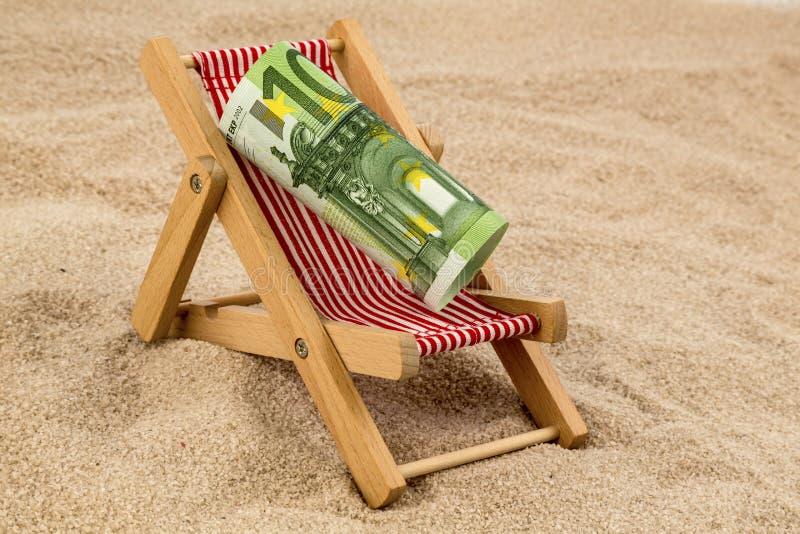 Chaise de plage avec l'euro billet de banque images libres de droits