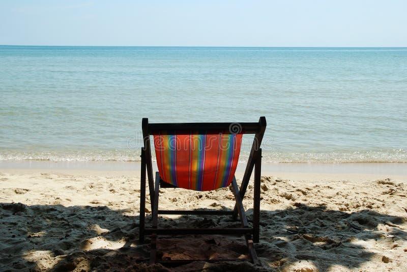Chaise de plage colorée sur une plage sablonneuse près à la mer photos libres de droits