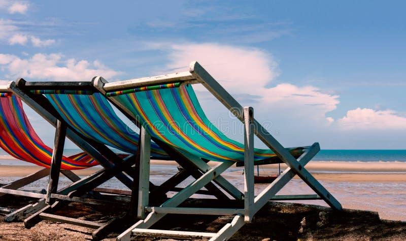 Chaise de plage sur la plage pendant le matin photographie stock