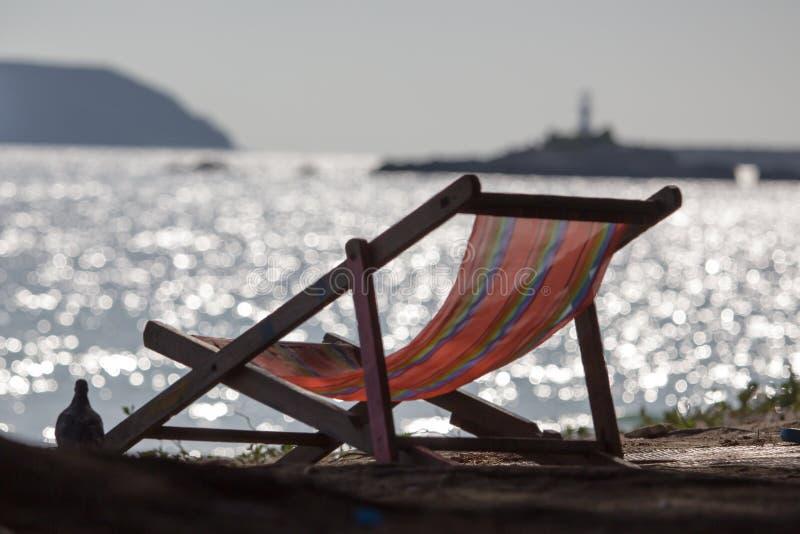 Chaise de plage sur le sable de plage photo stock
