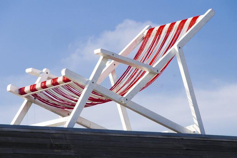 Chaise de plage vide contre le ciel bleu photos libres de droits