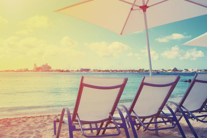 Chaise de plate-forme sur une belle plage pendant le lever de soleil image libre de droits