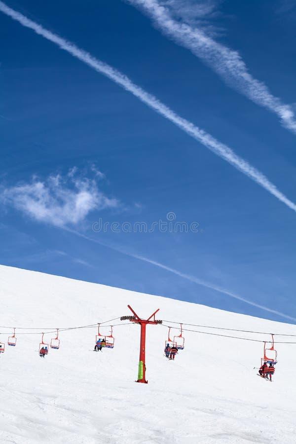 Chaise de ski avec des personnes dans la station de sports d'hiver image stock