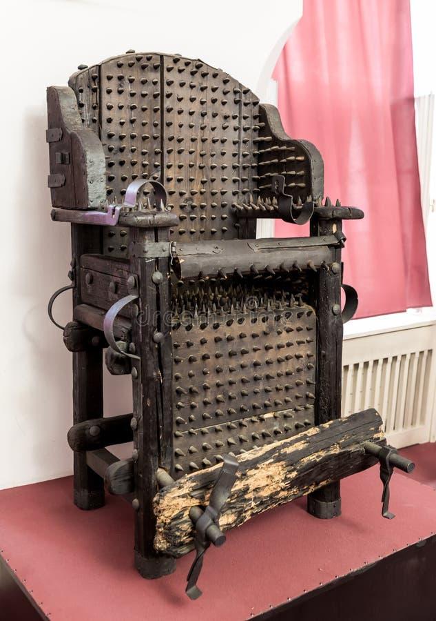 Chaise de torture avec des épines, musée à Prague photos stock