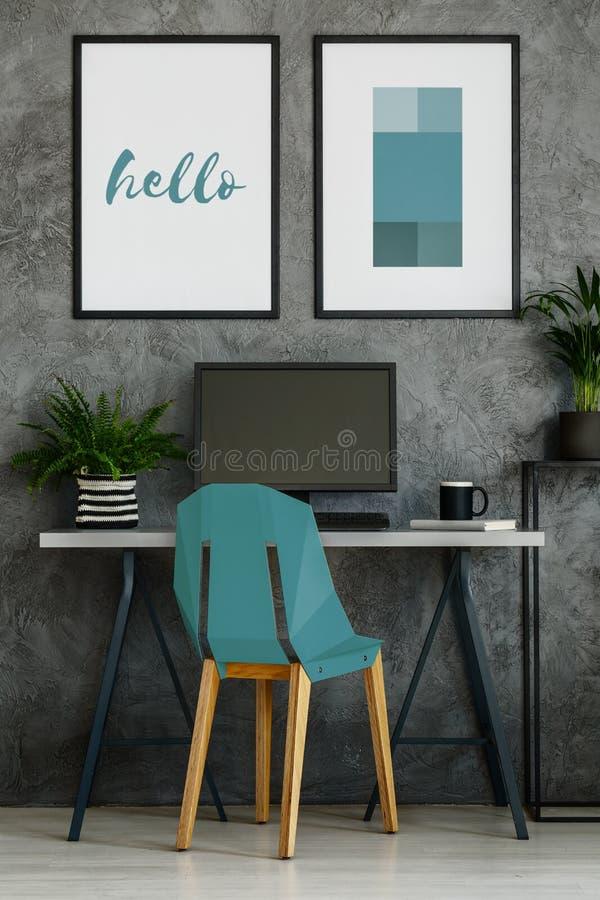 Chaise de turquoise dans l'intérieur gris photographie stock