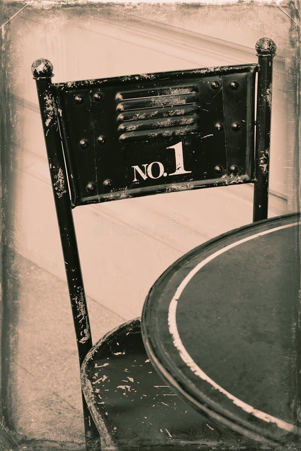 Chaise en acier sur une vieille photo stylisée photo libre de droits