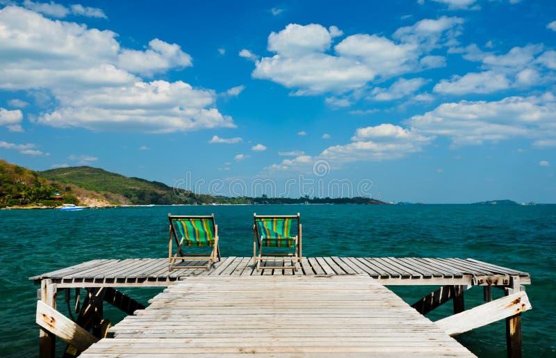 Chaise en bois à la plage images stock