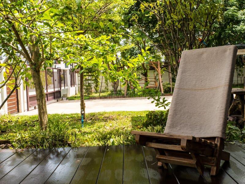 Download Chaise en bois image stock. Image du conception, wooden - 45364723