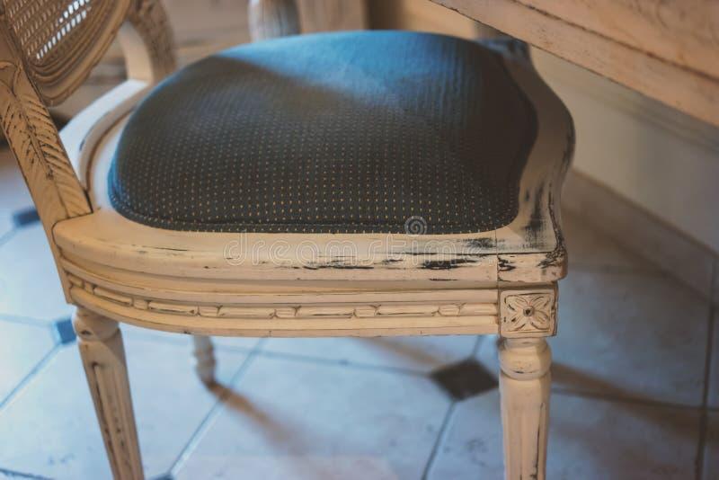 Chaise en bois avec le coussin mou photographie stock
