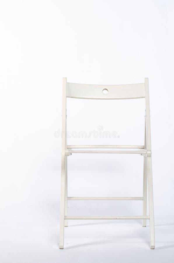Chaise en bois blanche moderne au-dessus du fond blanc photographie stock libre de droits