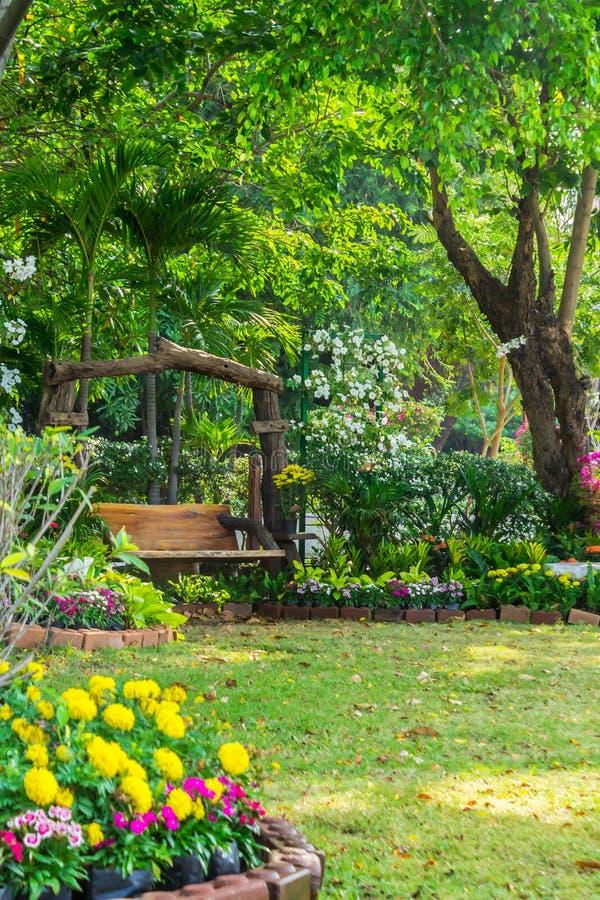 Chaise en bois dans le jardin de fleurs images stock