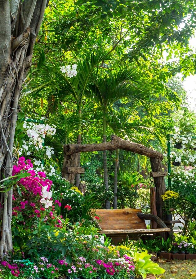 Chaise en bois dans le jardin de fleurs photo libre de droits