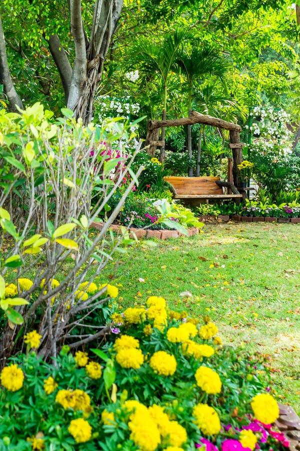 Chaise en bois dans le jardin de fleurs image stock