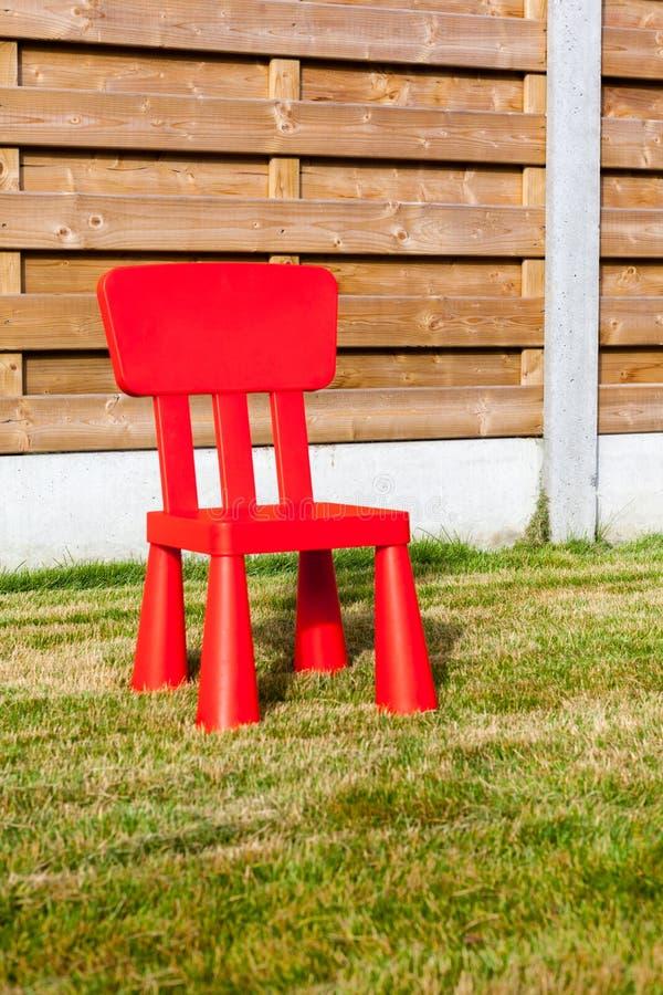 Chaise en bois de petit morceau de barrière image stock