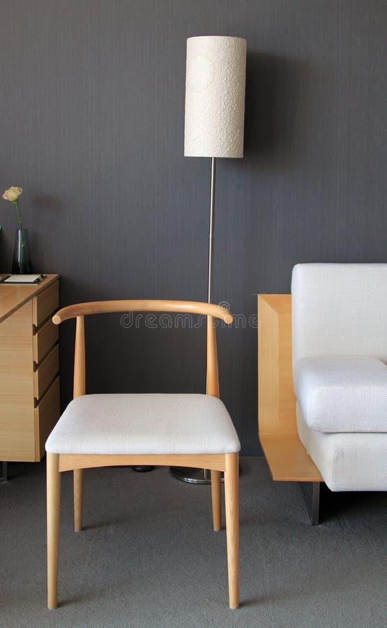 Chaise en bois de teck avec lampe de plancher photo stock