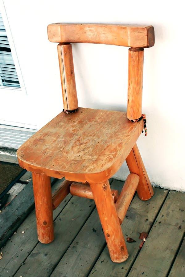Chaise en bois de vintage sur la terrasse en bois extérieure Vieille chaise en bois o photographie stock