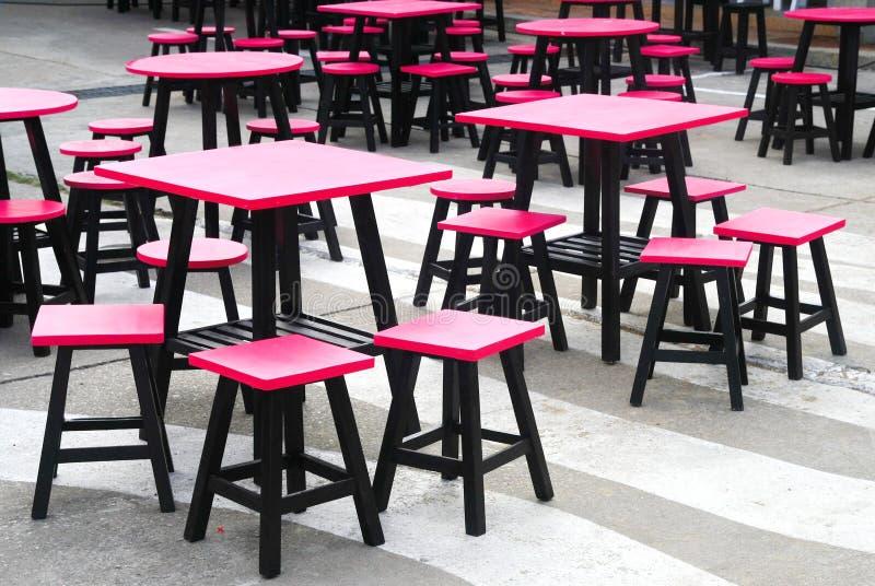 Chaise en bois noire rose image stock