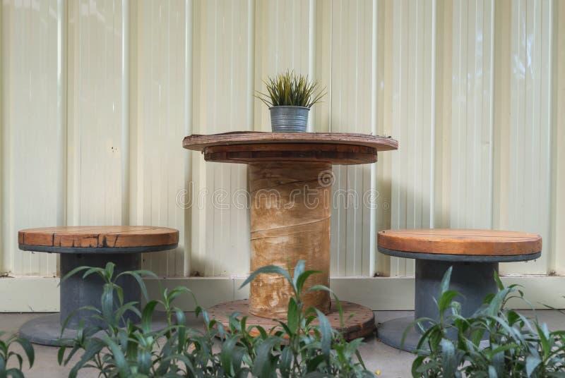Chaise en bois ronde de table et de cru dans le jardin images stock
