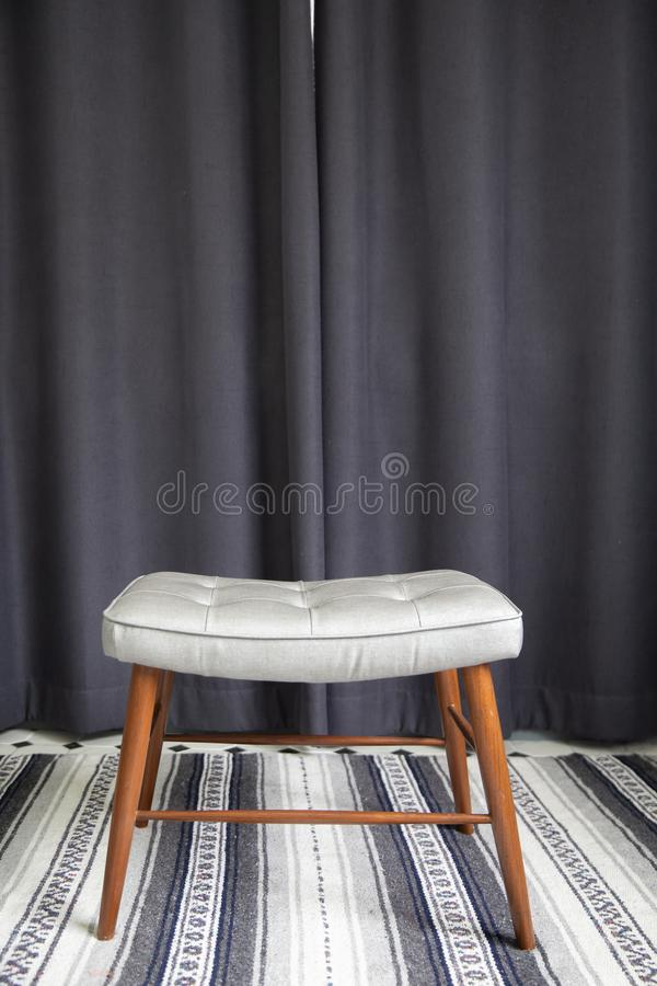 Chaise en bois simple avec les rideaux noirs photos stock
