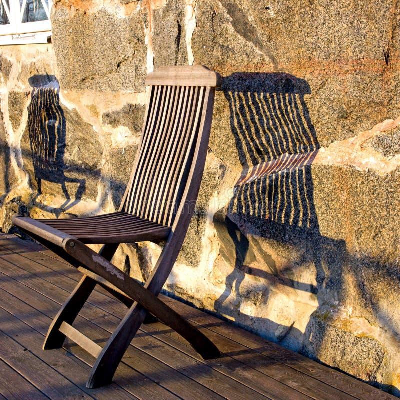Chaise en bois en soleil image libre de droits