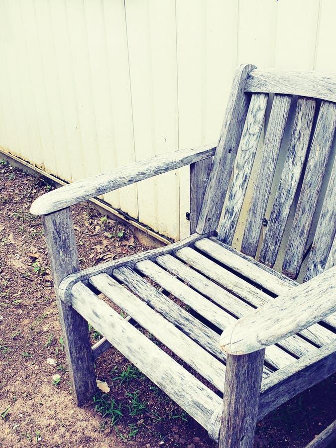 Chaise en bois superficielle par les agents image stock
