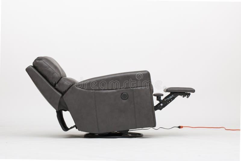 Chaise en cuir de Recliner de puissance avec le fond blanc - image photo libre de droits