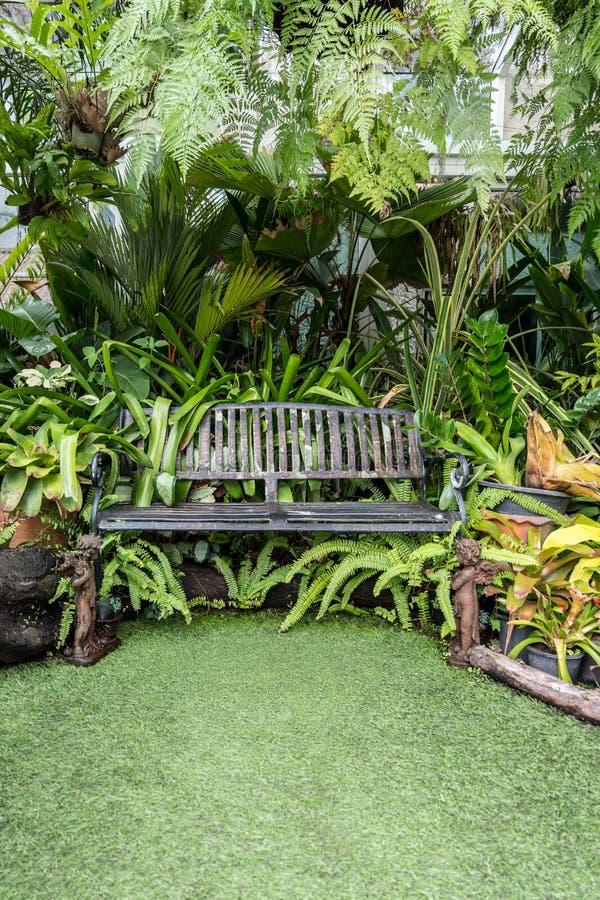Chaise en métal dans le jardin photos stock