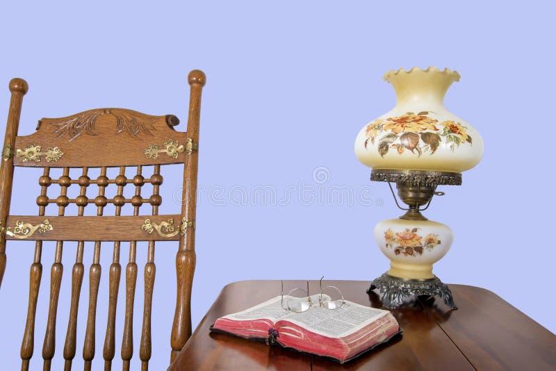 Chaise et bible de basculage antiques image stock
