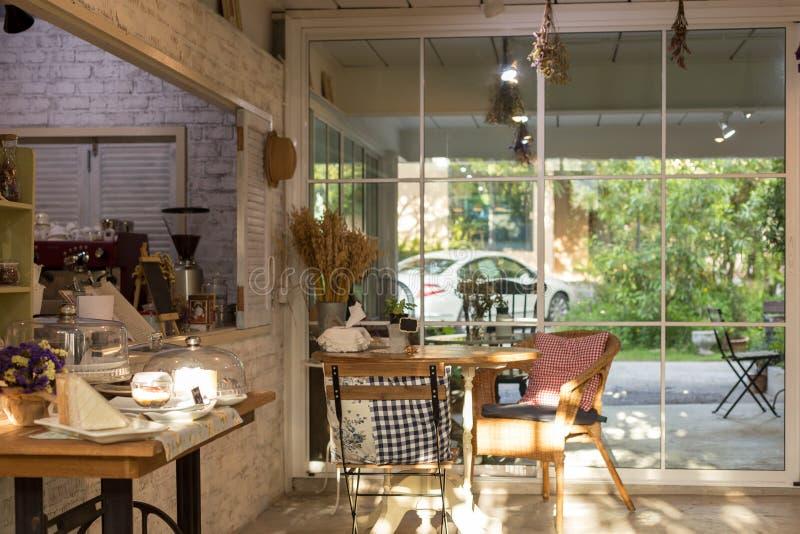 Chaise et décoration et meubles de coussin dans le café photo libre de droits