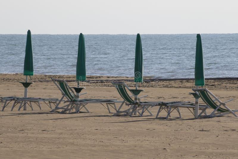 Chaise et parapluie à la plage photos libres de droits