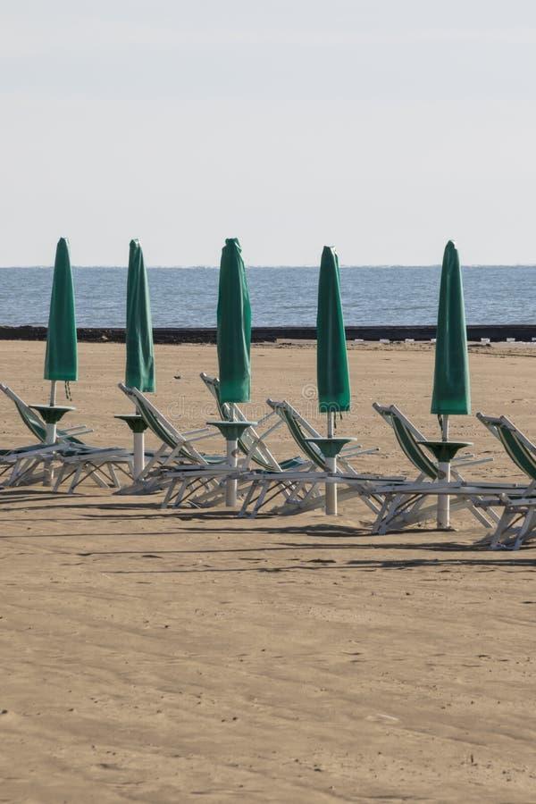 Chaise et parapluie à la plage photo stock