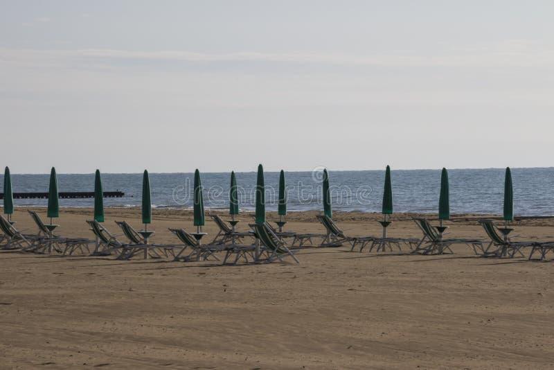 Chaise et parapluie à la plage images libres de droits