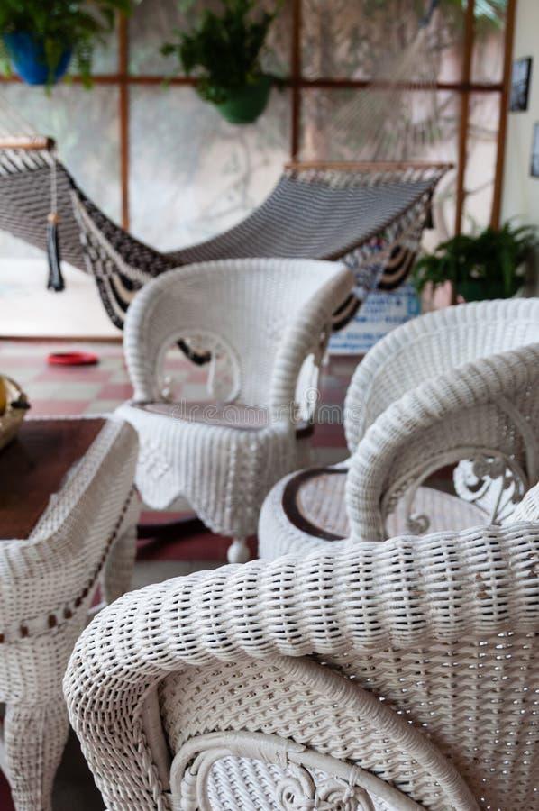 Chaise et table de meubles de rotin avec l'hamac dans a photo stock