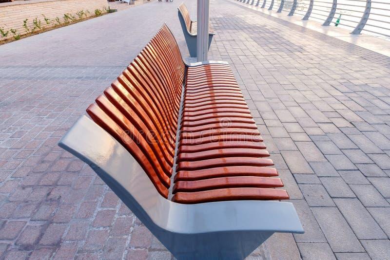 Chaise extérieure en bois dans le passage couvert photo libre de droits