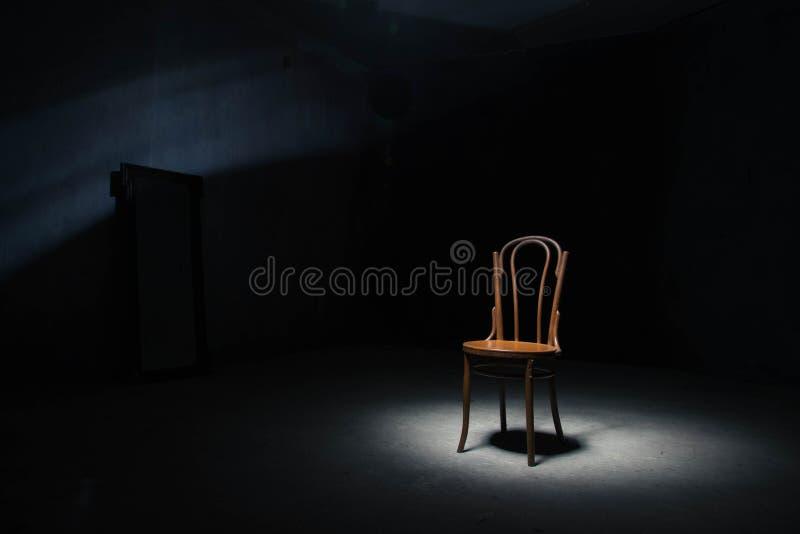Download Chaise Isolée à La Salle Vide Photo stock - Image du scène, rendement: 77150118