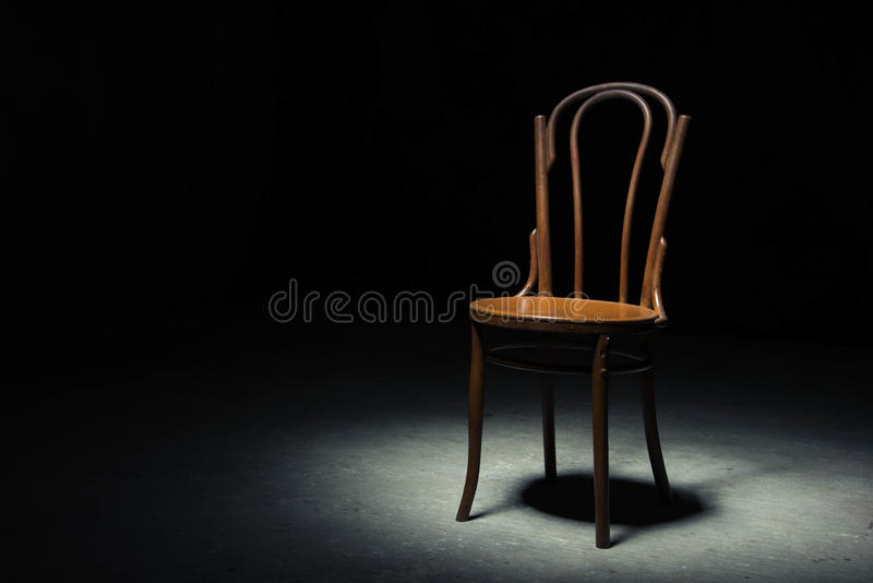 Download Chaise Isolée à La Salle Vide Image stock - Image du horreur, home: 77150687