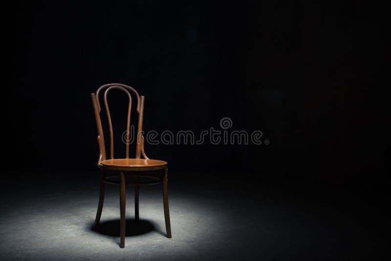 Download Chaise Isolée à La Salle Vide Photo stock - Image du présidence, death: 77150778