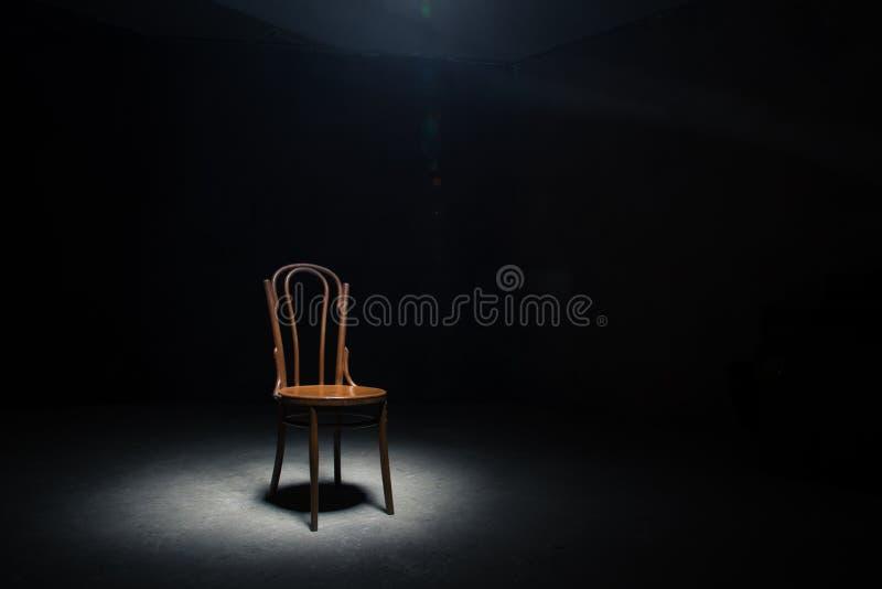 Download Chaise Isolée à La Salle Vide Photo stock - Image du vide, densité: 77152870