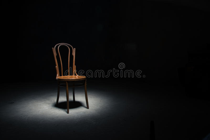 Download Chaise Isolée à La Salle Vide Image stock - Image du endroit, vieux: 77152889