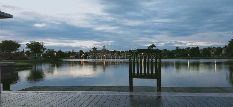 chaise isolée près de lac photo stock