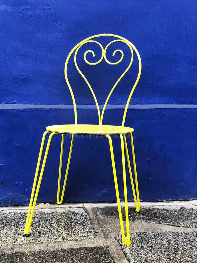 Chaise jaune avec fond bleu photo libre de droits
