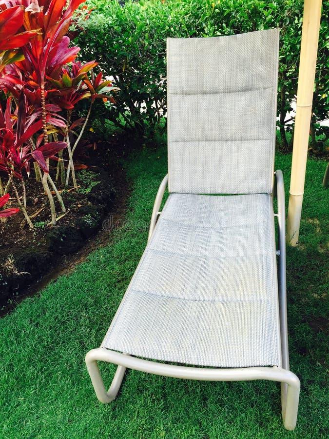 Chaise longue à un emplacement tropical photo stock