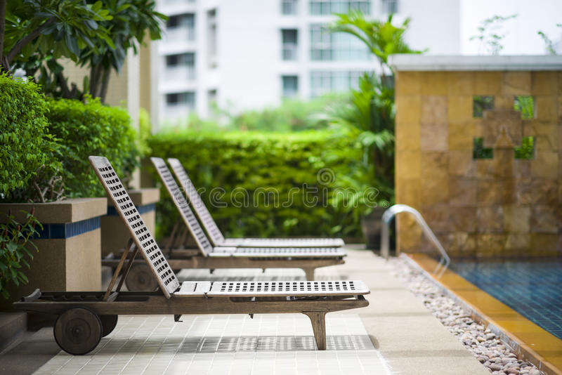 Chaise longue de Poolside photographie stock