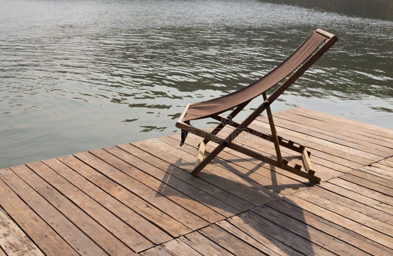 Chaise Longue på en flotteflodsida royaltyfria foton