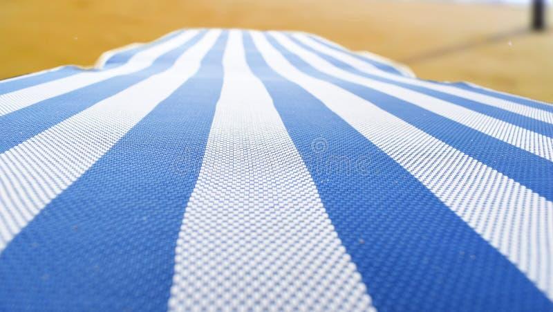 Chaise longue sur la plage photo stock