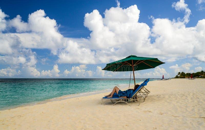 Chaise-lounge caraibica della spiaggia fotografia stock